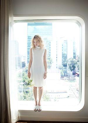 Mặc đẹp cùng sắc trắng theo style đơn giản