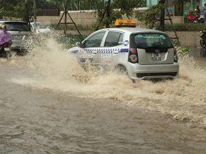 Hà Nội đón mùa đông bằng cơn mưa ngập đường phố