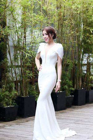 HH Kỳ Duyên gợi cảm đọ sắc cạnh đàn chị Kim Tuyến