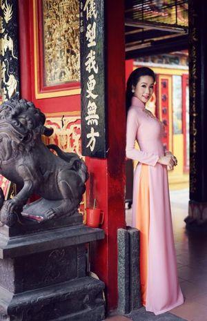 Á hậu Trịnh Kim Chi diện áo dài khoe eo thon đón Tết Nguyên đán 2016