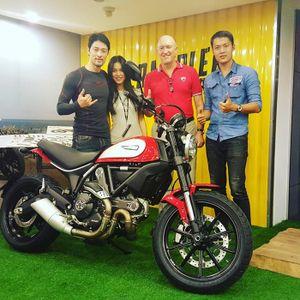 Johnny Trí Nguyễn sắm Ducati Scrambler chơi Tết