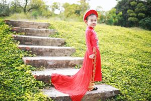Mê mẩn với nét đẹp của bông hồng nhí trong tà áo dài Việt
