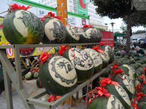 Nghề khắc... dưa hấu kiếm bạc triệu ở Sài Gòn ngày Tết