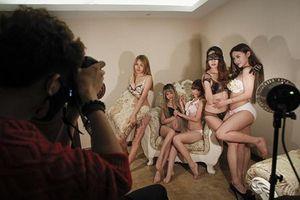 Cuộc sống của những cô gái quê thất nghiệp lên thành phố chụp ảnh gợi cảm