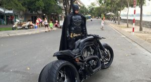 """Bất ngờ xuất hiện Batman gây """"huyên náo"""" Sài Gòn"""