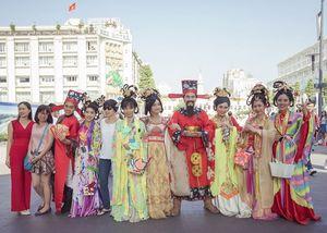 Nhóm kịch Chuồn Chuồn Giấy mặc đồ cổ trang 'đại náo' đường hoa xuân