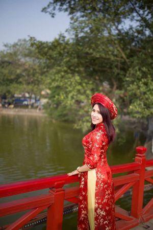 Nữ biên tập viên xinh đẹp khoe sắc trong tà áo dài đón Xuân