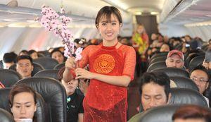 Thần Tài, bà Chúa Xuân và Ceo Vietjet chúc tết trên chuyến bay đầu năm