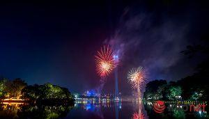 Pháo hoa lung linh trên mặt Hồ Gươm thời khắc giao thừa