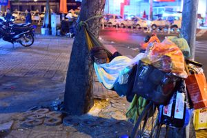 Những mảnh đời co ro đêm giao thừa trên hè phố Sài Gòn