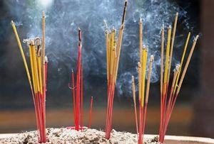 Thắp hương thế nào để không ảnh hưởng tới sức khỏe?