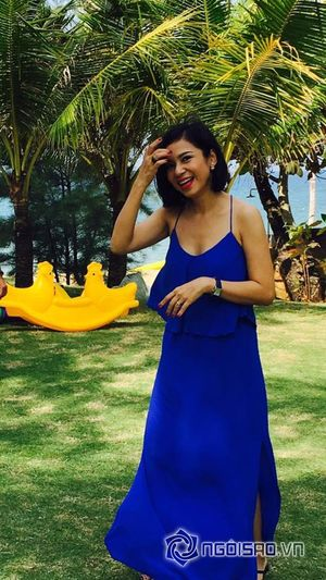 Việt Trinh vô tư đá bóng dù diện váy xẻ táo bạo