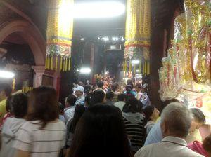 TPHCM: Đền chùa đông nghẹt, giữ xe chặt chém