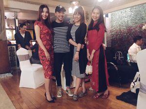 Trấn Thành - Hari Won diện đồ đôi chúc Tết cùng bạn bè