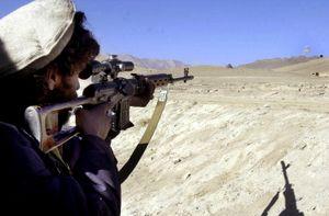 """Clip anh lính Iraq già dơ qua mặt xạ thủ bắn tỉa IS bằng chiêu lừa """"kinh điển"""""""