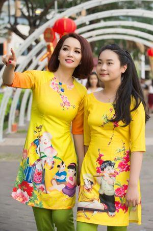 Mai Thu Huyền 'tone sure tone' cùng con gái dạo xuân