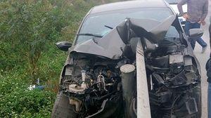 Quảng Ninh: Kia K3 tông trực diện vào hộ lan đầu xe biến dạng nặng