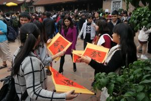 Hàng ngàn người xếp hàng xin chữ tại Văn Miếu - Quốc Tử Giám