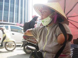 Cảm phục người phụ nữ bán vé số không tay không chân