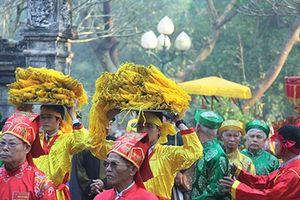Ngán ngẩm cảnh cả ngàn người tranh cướp lễ ở hội Gióng