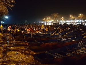 Dòng người xuyên đêm khai hội chùa Hương 2016