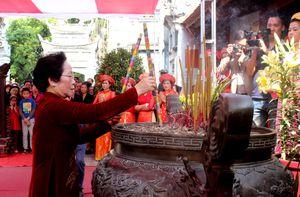 Phó Chủ tịch nước Nguyễn Thị Doan dâng hương tại đền Hai Bà Trưng