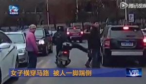 """Video: Thanh niên đi xe máy """"ngứa"""" chân vô cớ đạp ngã cô gái"""