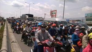 Dân miền Tây đổ về TP HCM đông nghẹt QL1