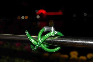Xuất hiện 'khóa tình yêu' trên cầu đi bộ giữa lòng Tây Đô