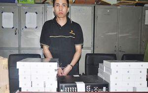 Trộm gần 100 chiếc Iphone để lấy tiền cưới vợ Đối tượng Nguyễn Hùng Cường cùng tang vật. Ảnh: Báo CAND.