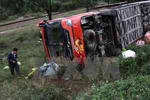 Quảng Ninh, hú hồn xe khách chở 21 người nổ lốp, lao xuống hố