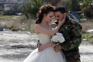 Xúc động chùm ảnh cô dâu chú rể giữa hoang tàn chiến tranh Syria