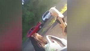 10 clip 'nóng': Hotgirl bikini khiến loạt ô tô đâm liên hoàn
