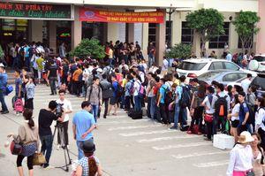 Hà Nội: Xếp hàng dài 'vô tận' để mua vé về quê nghỉ lễ