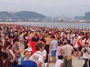 Quảng Ninh: Bãi tắm nêm chật người trong tuần lễ du lịch Hạ Long