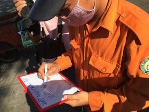 Chàng trai tặng 1.000 đóa hoa cho công nhân vệ sinh Sài Gòn