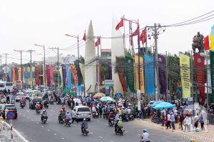 Khu du lịch ở Sài Gòn đông nghẹt người, trẻ mệt nhoài vì đi chơi trong nắng nóng