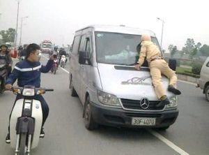 """Những màn """"chơi lầy"""" của thanh niên khi vi phạm luật giao thông"""