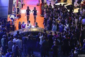 Mẫu nữ ăn mặc giống cảnh sát khiến đường phố Trung Quốc tắc nghẽn