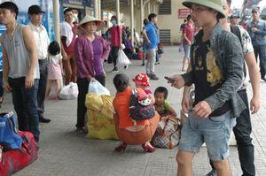 Người lớn, trẻ nhỏ hối hả trở lại Thủ đô sau nghỉ lễ