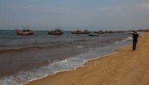 Nước biển ven bờ tại tỉnh Quảng Bình biến đổi màu sắc