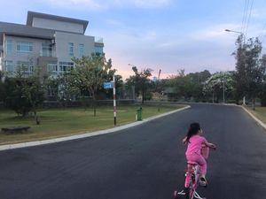Thủy Tiên lại bị chỉ trích vì để con gái vứt bỏ xe giữa đường