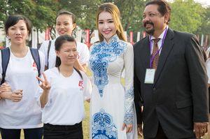 Elly Trần duyên dáng với áo dài giữa Đại Nội Huế
