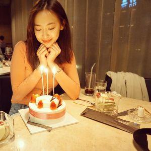 Sao Hàn 6/5: Victoria phanh áo tạo dáng, Seo Hyun tung ảnh đẹp từ bé