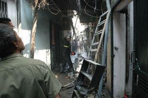 Hà Nội: Nhà 1 tầng bốc cháy sau tiếng nổ lớn, một người bị thương