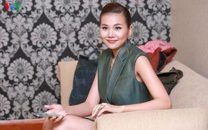 Siêu mẫu Thanh Hằng khoe chân dài 1m12 với vest giả váy