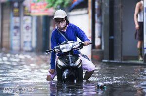 Đường hóa thành sông, dân Thủ đô vượt sóng nước đi làm