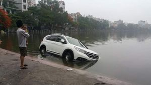 Hà Nội: 'Hy hữu' mưa lớn ô tô CRV 'chết đuối' giữa hồ Hoàng Cầu