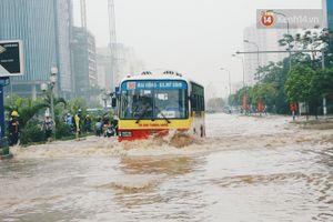 Hà Nội phố biến thành sông, dịch vụ chở xe máy qua đoạn đường ngập được dịp 'hốt bạc'