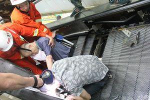 """Nghẹt thở giải cứu người đàn ông bị thang cuốn """"nuốt"""" chân"""